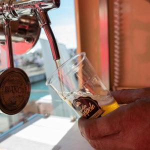 bionde e rosse spumeggianti birra